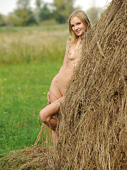 Naked blonde girl on the field - Erotic and nude girls pics at SoloTeenPics.com
